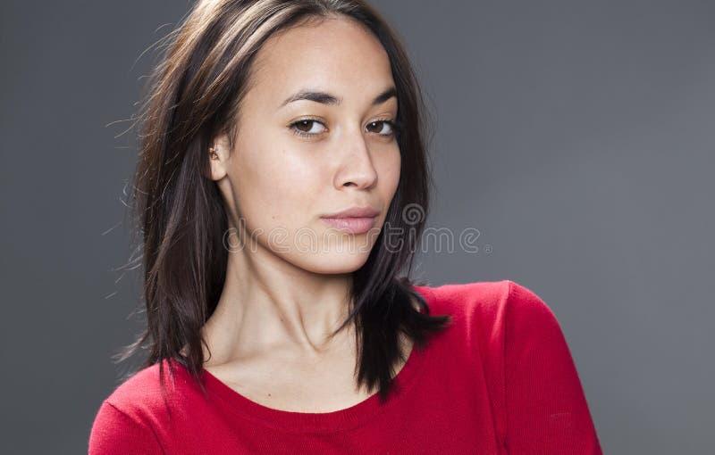 Stolthet och arrogans för sexig ung multietnisk flicka royaltyfri bild