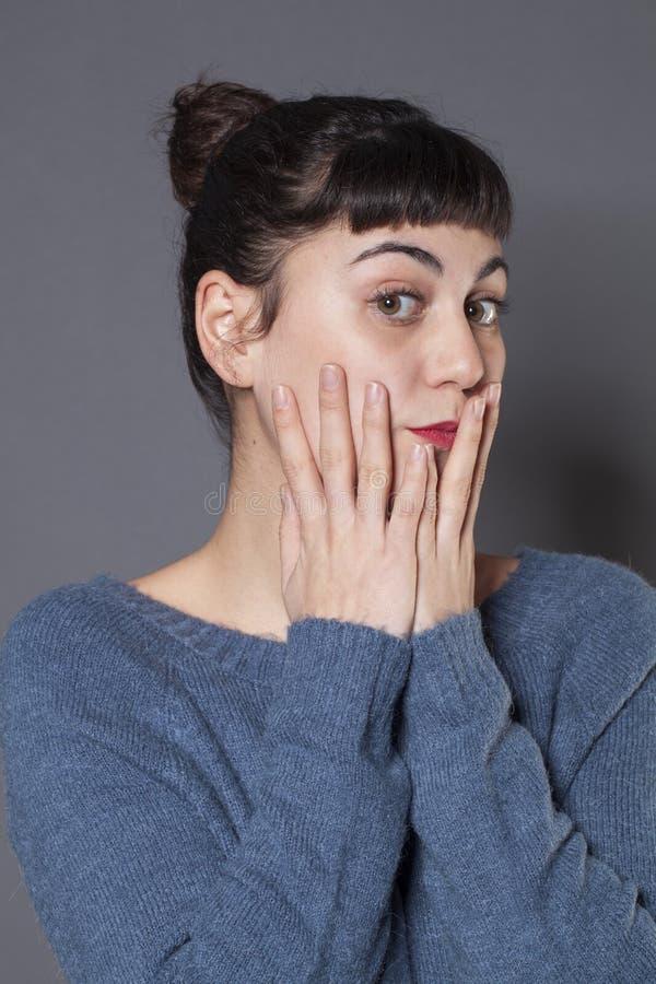 Stolz und Arroganz für verlegenes Mädchen 20s lizenzfreie stockfotos