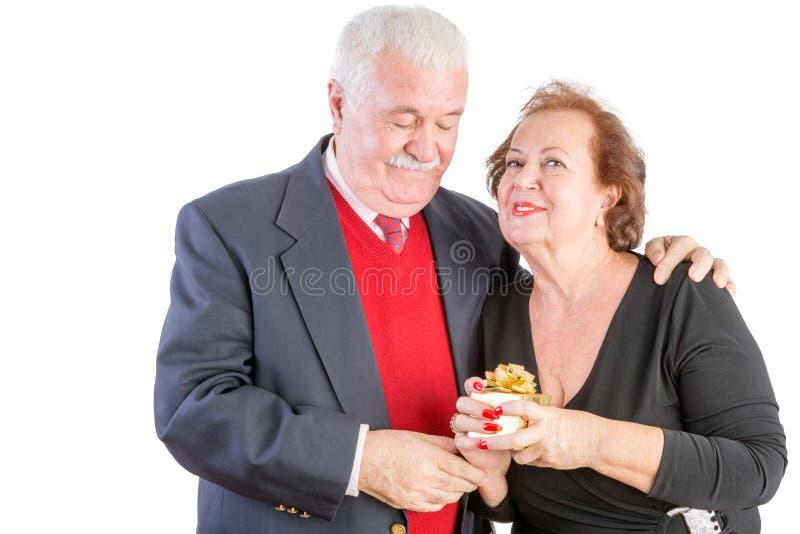 Stolze ältere Frau, die ihr Valentinsgrußgeschenk hält stockfoto