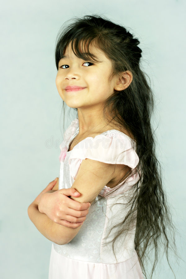 Stolze Arme des kleinen Mädchens gekreuzt stockfoto