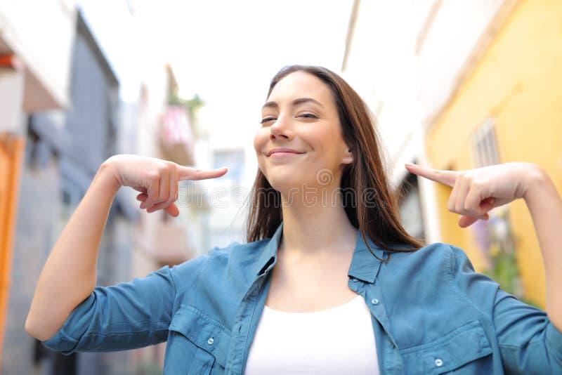 Stolze Frau, die in der Straße sich zeigt lizenzfreie stockfotos