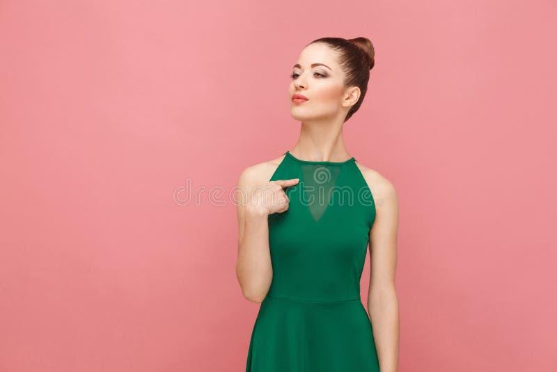 Stolze Frau, die Finger selbst zeigt lizenzfreies stockbild