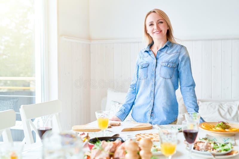 Stolze Hausfrau stockfotografie