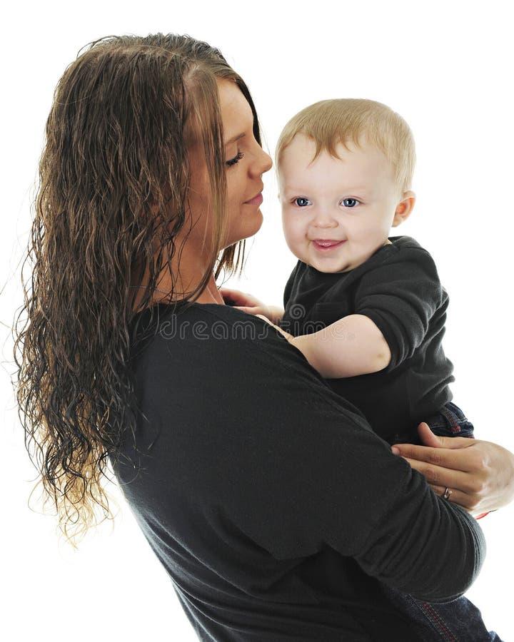 Stolze junge Mama mit Sohn stockfotografie