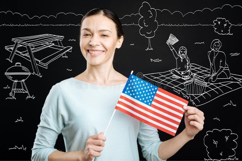 Stolze positive Frau, die Unabhängigkeitstag feiert stockbilder