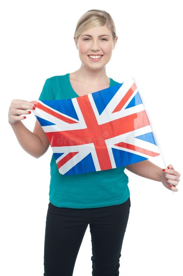 Stolzer BRITISCHER weiblicher Anhänger, der Staatsflagge anhält stockbilder