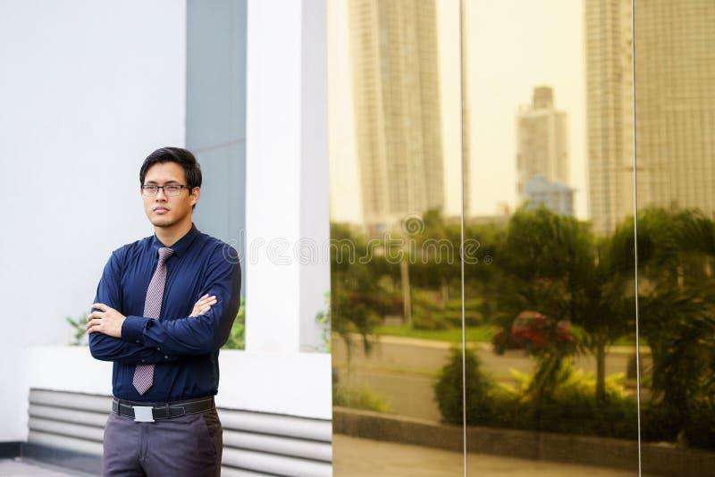 Stolzer ernster chinesischer asiatischer Büroangestellter des Porträts lizenzfreie stockfotografie