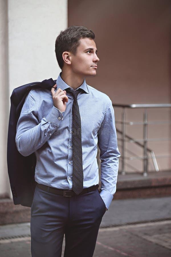 Stolzer Geschäftsmann, der auf der Straße steht und aufschaut lizenzfreies stockfoto