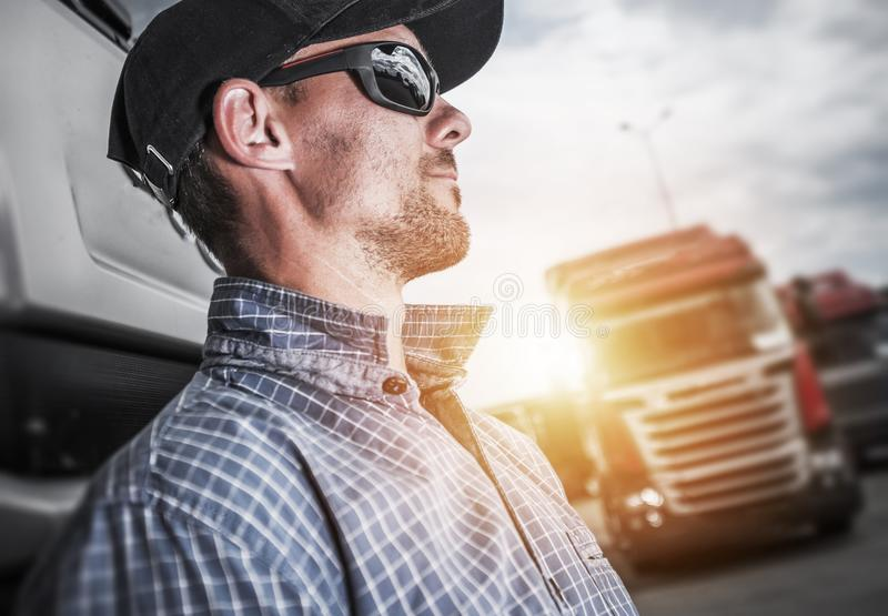 Stolzer halb LKW-Fahrer stockbilder