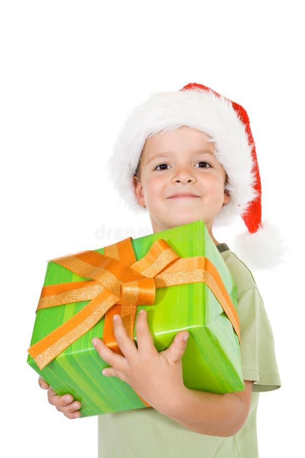 Stolzer Junge mit Weihnachtsgeschenk stockfotos