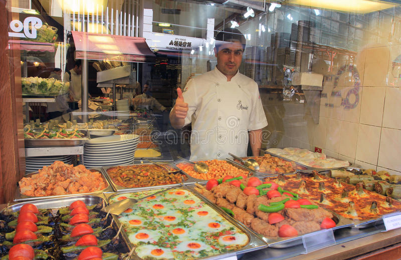 Stolzer Koch von lokalen Nahrungsmitteln, Istanbul, die Türkei stockfoto
