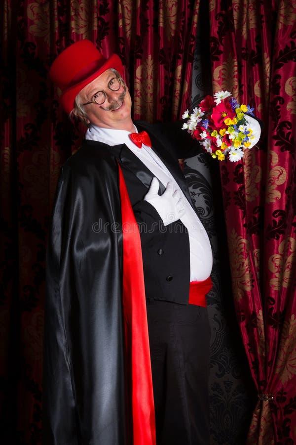 Stolzer Magier mit Blumen lizenzfreies stockfoto