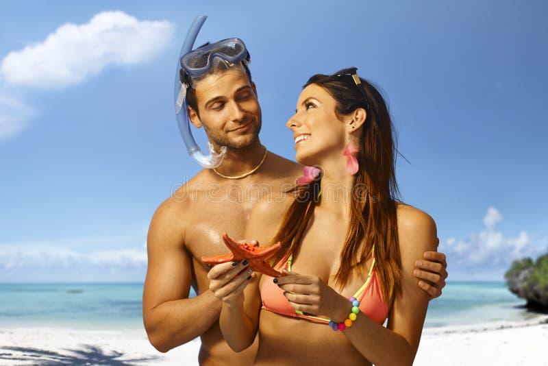 Stolzer Sporttaucher und Freundin mit Starfish lizenzfreies stockbild