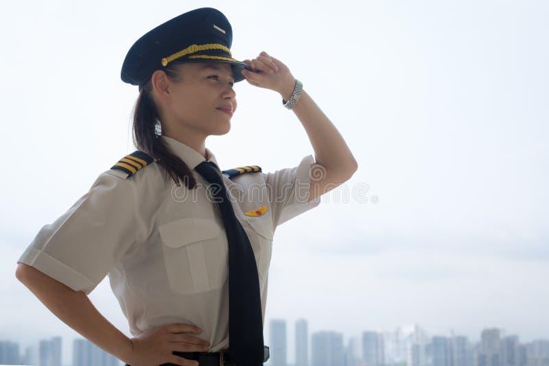 Stolzer weiblicher Pilot am Flughafen lizenzfreies stockbild