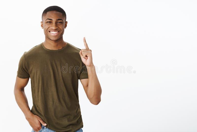 Stolzes Sein Nummer Eins in der Firma Porträt des netten und charismatischen hübschen Afroamerikanermannes, der breit lächelt stockbild