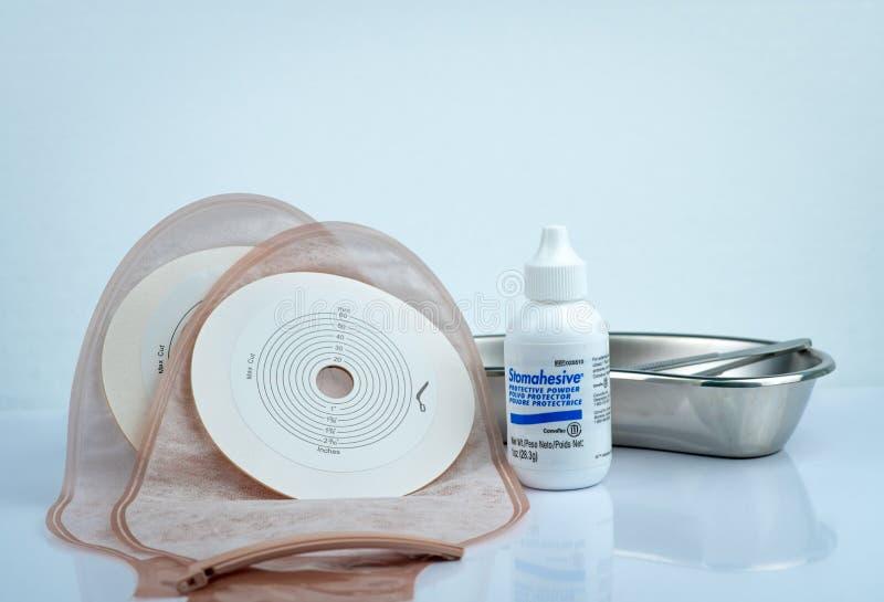 Stomahesive skyddande pulver Stomahesive produkt av Convatec Stomaomsorgprodukter och en drainable ileostomy eller colostomy för  arkivbilder
