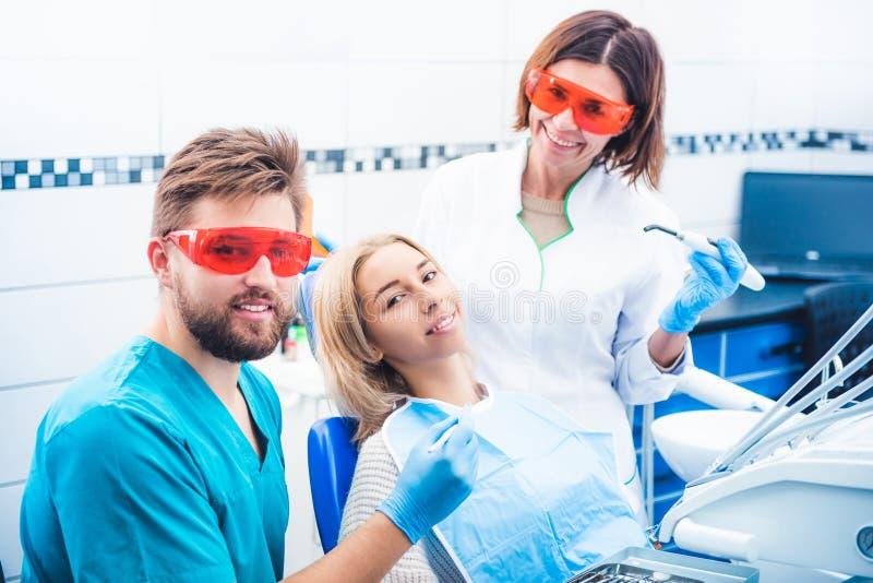 stomathology诊所的微笑的牙医 库存图片