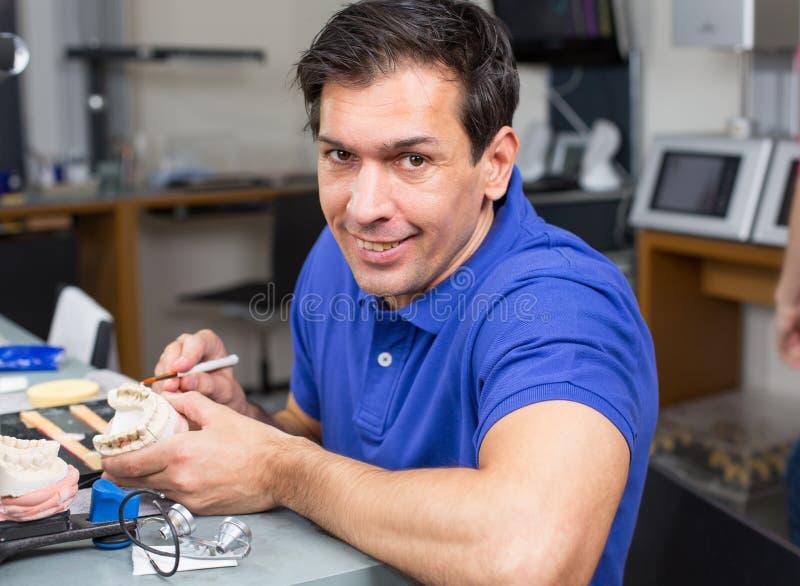 Stomatologiczna lab technika appying porcelana obraz stock