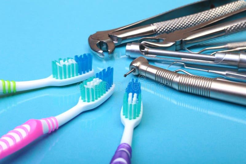 Stomatologicznej opieki toothbrush z dentystów narzędziami na lustrzanym tle Selekcyjna ostrość zdjęcie stock