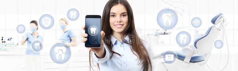 Stomatologicznej opieki uśmiechnięta kobieta pokazuje telefon, ząb ikony i s mądrze, royalty ilustracja