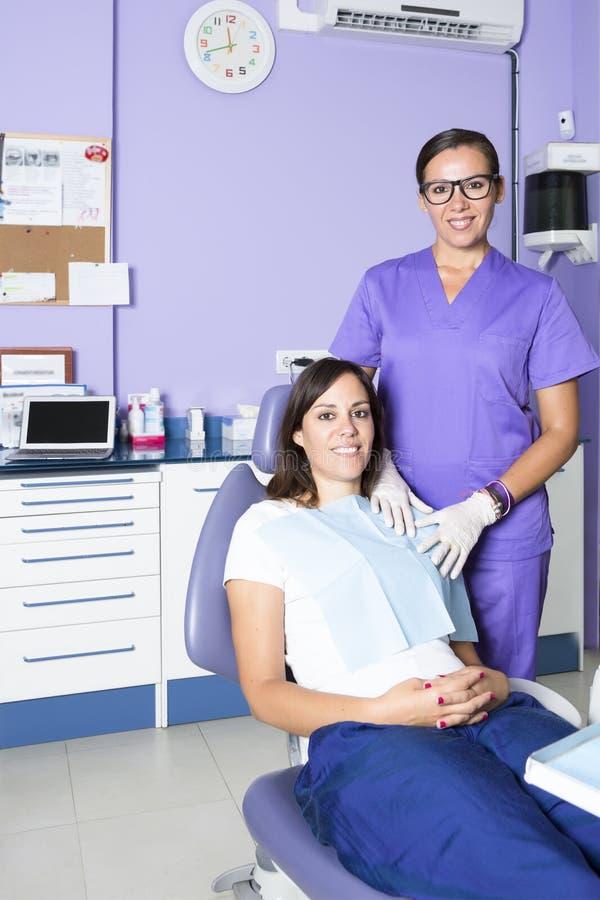 Stomatologiczny asystent i pacjent obrazy stock