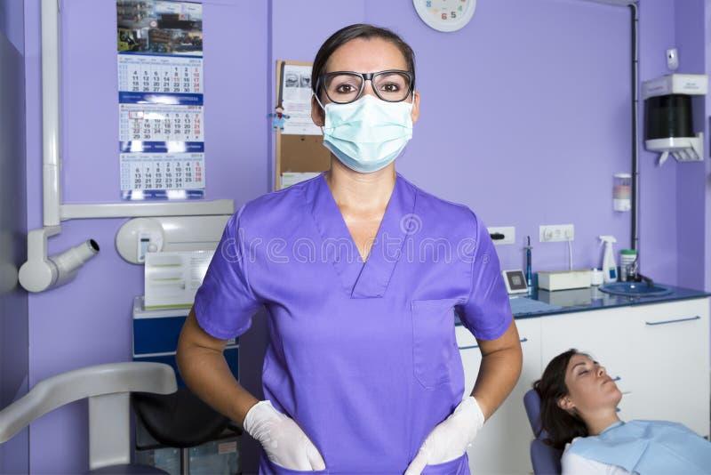Stomatologiczny asystent z maską obrazy royalty free