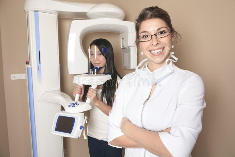 Stomatologiczny biuro z pracownikiem i klientem obraz royalty free