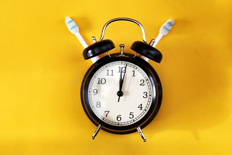 Stomatologiczny higieny pojęcie czarna alarmowego zegar obrazy royalty free