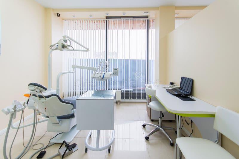 Stomatologiczny kliniki wnętrze z nowożytnym dentystyki wyposażeniem zdjęcie stock