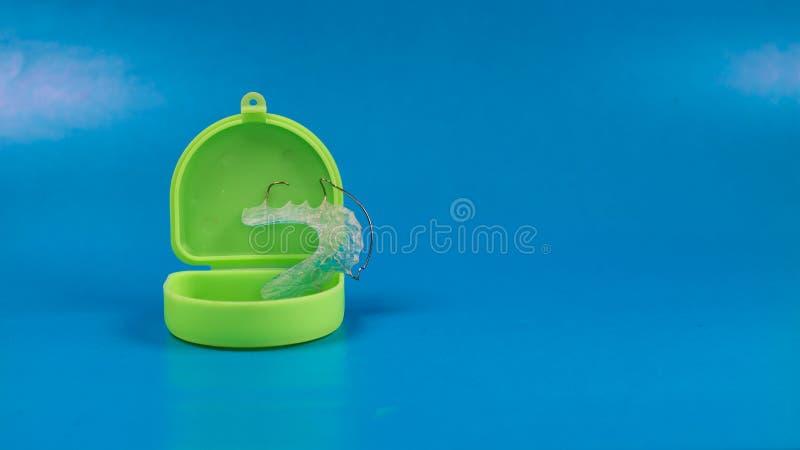 Stomatologiczny stałe wynagrodzenie z zielenią barwił skrzynkę, błękitny tło fotografia royalty free
