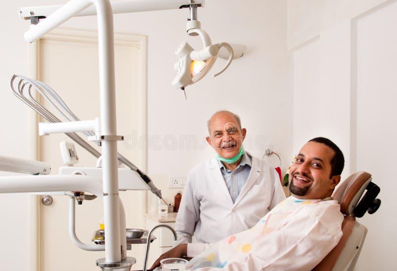 stomatologiczny szczęśliwy pacjent zdjęcia stock