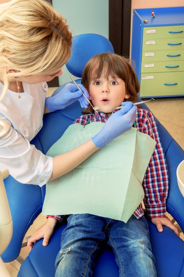 Stomatologie pour les enfants image stock