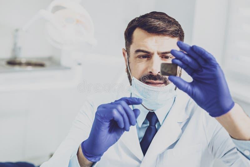 Stomatologist concentrado que hace chequeo de Roentgen fotos de archivo libres de regalías