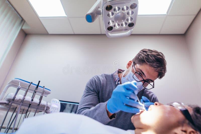 Stomatologist die tanden van patiënt in kliniek behandelen royalty-vrije stock fotografie