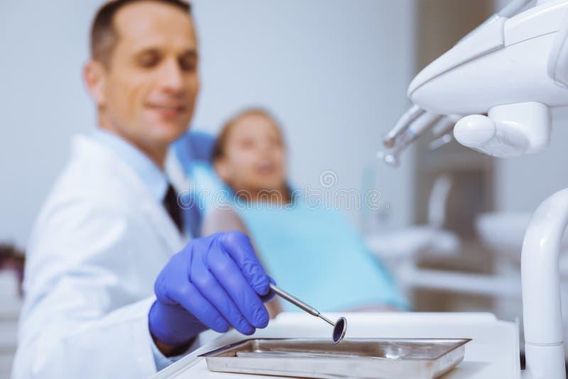 Stomatologist feliz que goza el suyo trabajo imagen de archivo libre de regalías