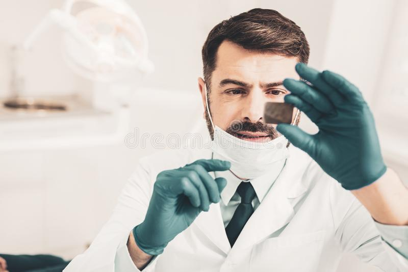 Stomatologist que pensa sobre o diagnóstico possível fotos de stock royalty free