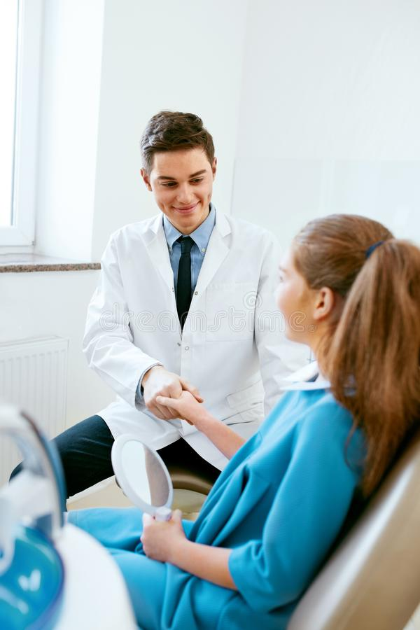 Stomatology Dentista Office do doutor And Patient In da odontologia imagem de stock