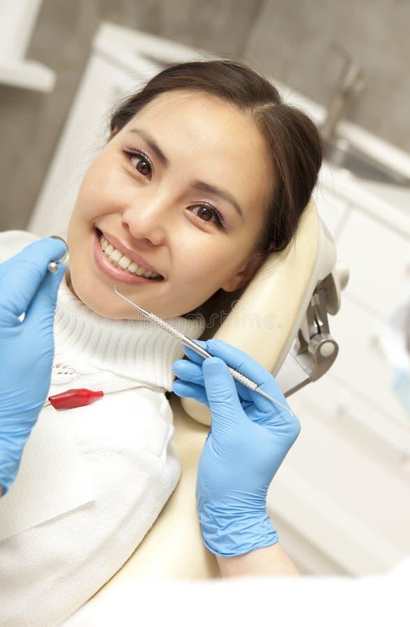 Stomatologybegrepp - manlig tandläkare med spegeln som kontrollerar patienten royaltyfria bilder