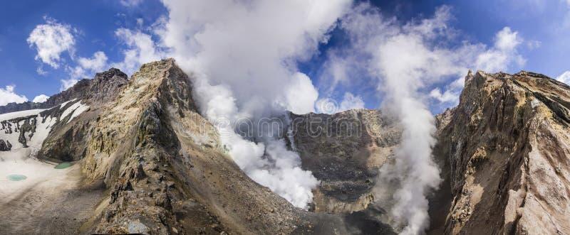 Stomend krater van actieve die vulkaan door sneeuw wordt behandeld stock fotografie