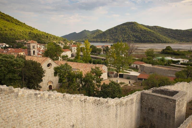 Ston镇和它的防御墙壁, Peljesac半岛,克罗地亚看法  Ston是Ragusan共和国的一个主要堡垒 库存图片