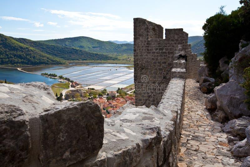 Ston,半岛的Peljesac一小镇是知名的为它的堡垒和为从海水,克罗地亚的盐提取 库存照片