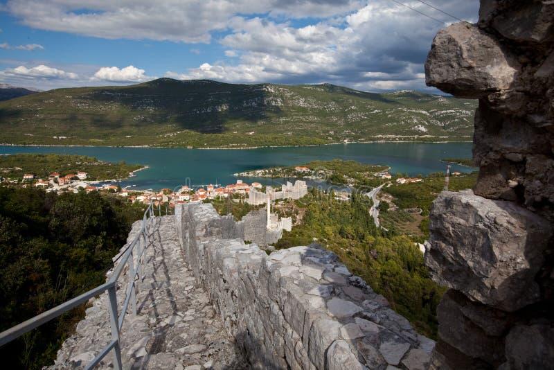 Ston, eine Kleinstadt auf der Halbinsel Peljesac ist für seine Festung und für Gewinnung von Salz vom Meerwasser, Kroatien weithi stockbild