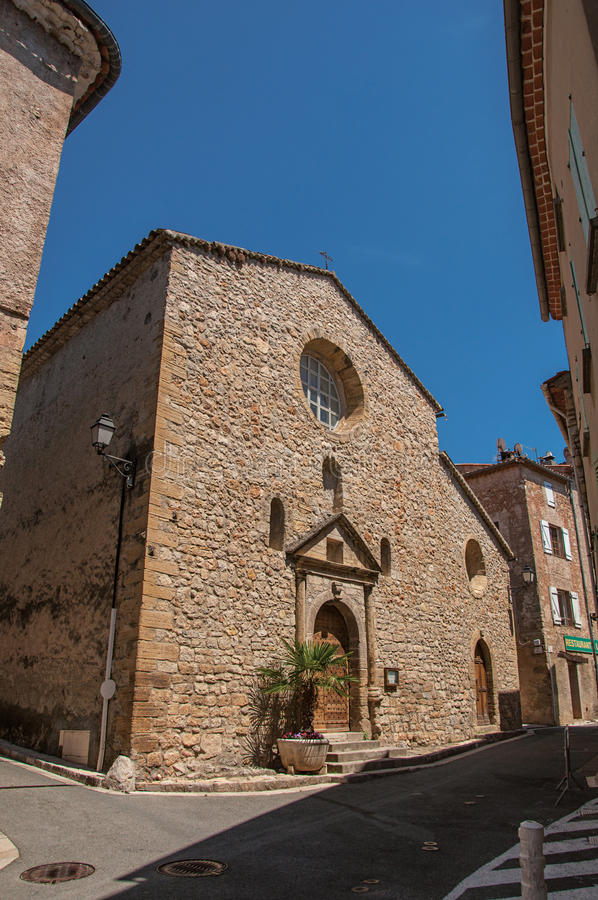 Stone που γίνεται την πρόσοψη της αρχαίας εκκλησίας σε Châteaudouble στοκ εικόνα με δικαίωμα ελεύθερης χρήσης