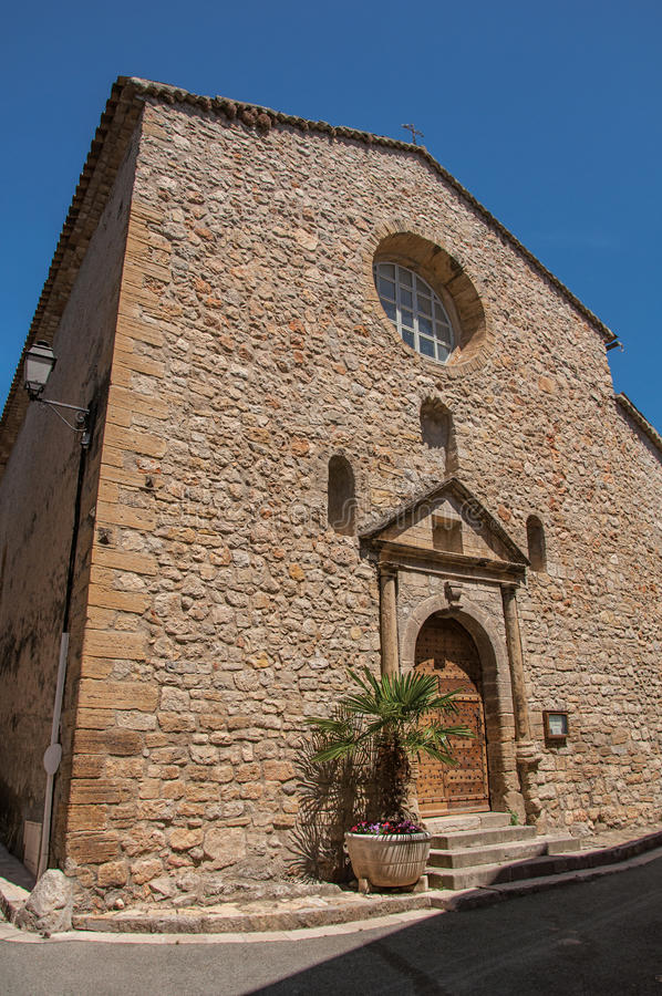 Stone που γίνεται την πρόσοψη της αρχαίας εκκλησίας σε Châteaudouble στοκ εικόνα