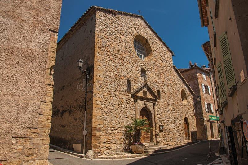 Stone που γίνεται την πρόσοψη της αρχαίας εκκλησίας σε Châteaudouble στοκ εικόνες