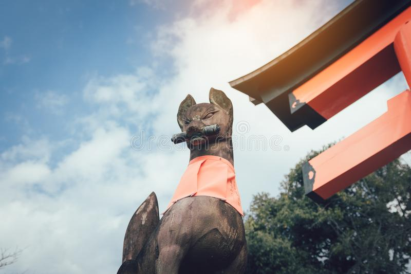 Stone της αλεπούς φυλάκων Fushimi Inari Taisha στο Κιότο, Ιαπωνία στοκ φωτογραφία με δικαίωμα ελεύθερης χρήσης