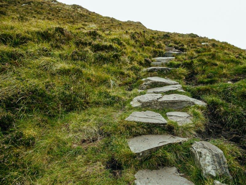 Stone footpath up a hill, Connemara National Park, county Galway, Ierland stock afbeeldingen