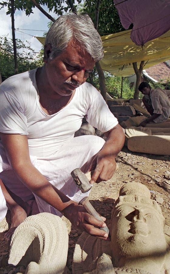 Stone sculptor carbeert een idool voor tempel in India stock afbeeldingen