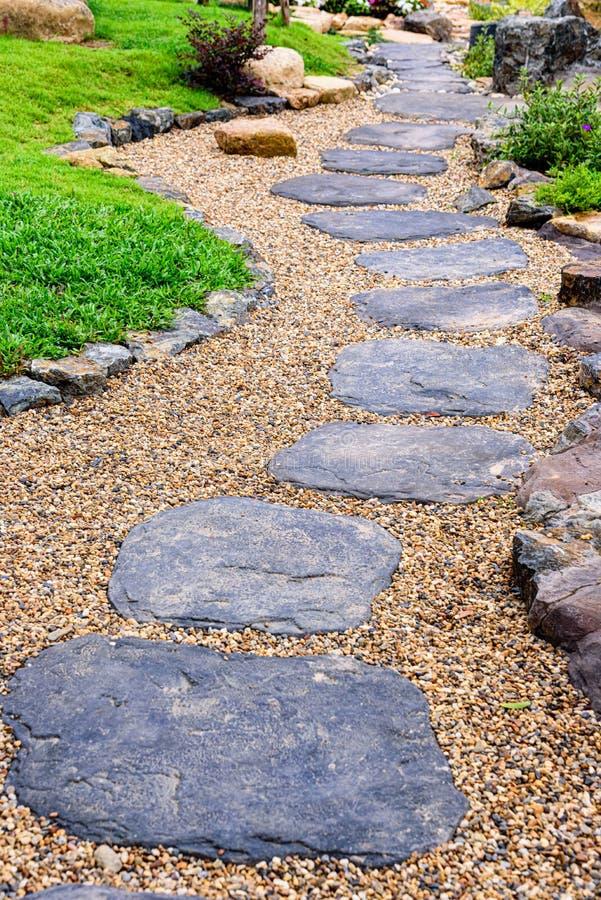 Stone stepway in een Japanse tuin stock fotografie