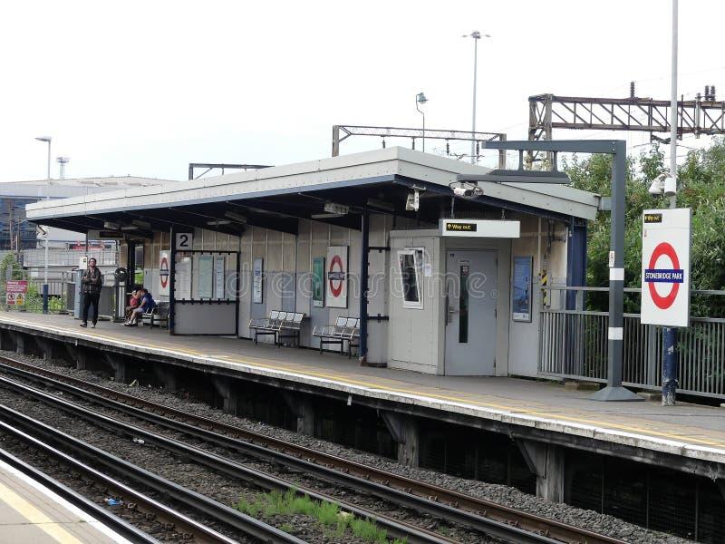 Stonebridge公园驻地全国路轨郊区火车站 免版税库存照片